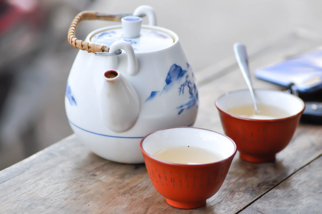 Keramischer Teekessel in weiß